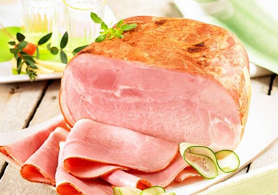 Legtöbb fehérjét a húsok a tartalmaznak, de a reggelire fogyasztható élelmiszerek között kicsit szűkös a választék. A sovány csirkemellsonka jó választás lehet: 100 g-ban 19 g fehérje van.