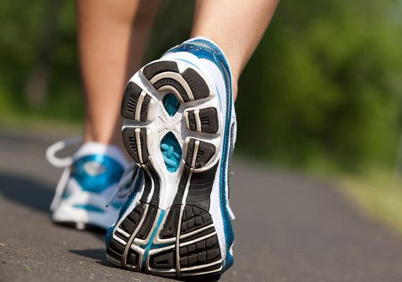 Ha a futást választod, elengedhetetlen egy jó minőségű futócipő. Tulajdonképpen ruházatod többi részének nincs nagy jelentősége, annak azonban mind teljesítményed, mind egészséged szempontjából van, hogy mit húzol a lábadra.