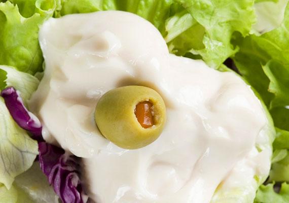 Az előre gyártott krémes salátaöntetek, valamint a majonéz nem teszik egészségessé az amúgy diétás táplálékot. Korábbi cikkünkben megnézheted, hogy hány kalóriát tartalmaznak a népszerű dresszingek.