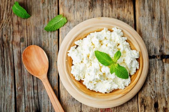 A cottage cheese krémes textúráját számos izgalmas ízzel párosíthatod, így készíthetsz belőle például fűszeres, körözöttszerű ételt, medvehagymás finomságokat, vagy citrommal és nyírfacukorral egy alacsony glikémiás indexű desszertet. A tejtermékben található rengeteg kazein a lassan lebontható tejfehérjék egyike, mely segíti az alvás során az izmok épülését, ám vigyázz, mert sok - nagyjából 200-300 - kalóriát is tartalmazhat a finomság.
