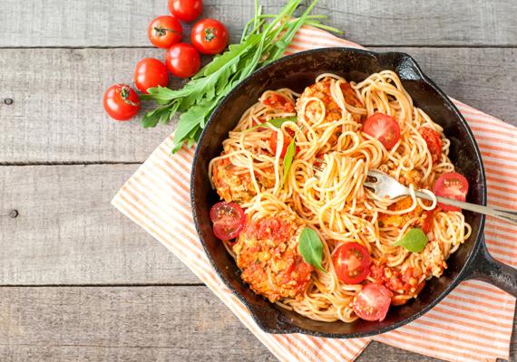 Ismerős az al dente szó? Az olaszoknál minden tésztát ezzel a módszerrel főznek, amelynek lényege, hogy nem szabad szétfőzni, hanem még akkor kell leönteni róla a vizet, amikor kicsit roppanós. A rövidebb ideig tartó hőkezelésnek köszönhetően lassabban szívódik fel az étel - ez gyakorlatilag mindenféle élelmiszerre igaz, nem csupán a tésztára.