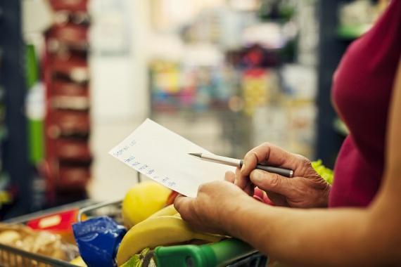 A hétvége folyamán érdemes megejteni egy nagyobb bevásárlást, és kerülni a hét folyamán az élelmiszerüzleteket. Mielőtt boltba indulsz, készíts ilyenkor bevásárlólistát, így elkerülheted az ötletszerű vételeket, időt takaríthatsz meg, és biztosan nem felejtesz el semmit, ami az étrendedben szerepel.