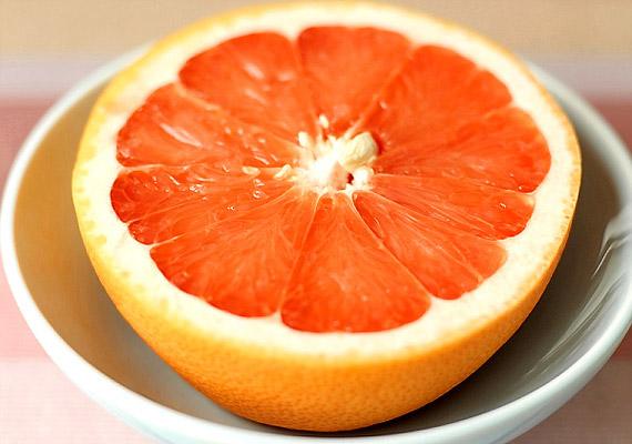 A grépfrút magas rosttartalma révén felgyorsítja az anyagcserét, és kisöpri a salakanyagokat a szervezetedből. Emellett C-vitamin-tartalma is segíti a zsírégetést.