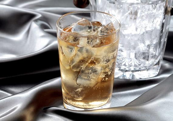 Az alkohol kismértékben segítheti az emésztést, viszont nagyon leterheli a májat, ami pedig létfontosságú szerepet játszik a zsír lebontásában.
