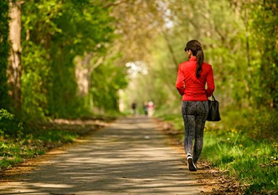 Levegő: ha kifejezetten stresszevő vagy, sokszor a mély lélegzetvétel is hatásos lehet evés helyett a feszültség csökkentésére. Menj ki a szabad levegőre pár percre, és lélegezz jó mélyeket. Ha megteheted, kéthetente egyszer legalább sétálj a friss levegőn, tölts időt a szabadban télen is.
