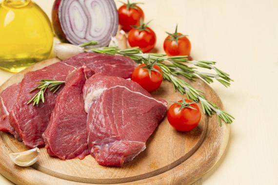 A sovány marhahús - például steak formájában - 7 kalóriánként 1 gramm fehérjét tartalmaz, míg egy 10 dekás szeletben 23 grammot találsz. Ráadásul a szervezeted a marhahúsból kreatinhoz is jut, mely a vázizomzat, a szívizom és az agy számára is nélkülözhetetlen.                         Fogyaszd a sovány vörös húst egy kiadós ebéd alkalmával, vagy zöldségkörettel vacsoraként edzés után.