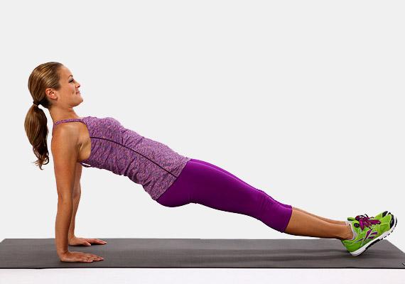 Érdemes kipróbálnod fordítva is az első gyakorlatot. Itt is ügyelj arra, hogy a tenyered a váll alatt helyezkedjen el, és a tested egy egyenes vonalban legyen. Ezzel a változattal kicsit más izmokat dolgoztatsz meg, de ugyanúgy szépen formálhatod a vele a felkart. Itt is napi 10 másodperccel indulj, majd naponta emeld az adagodat néhány másodperccel.