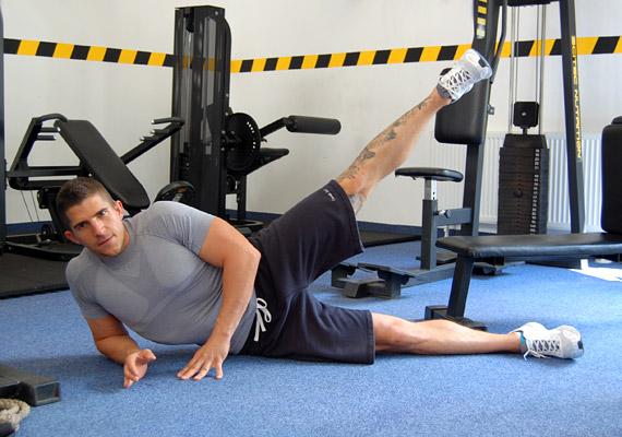 A felül lévő lábadat emeld - ne lendítsd - a magasba, körülbelül 45 fokig, és pár másodpercig tartsd meg ott. Lassan tedd le a lábad, majd ismételd a mozdulatsort 12-szer. Végezd el mindkét oldalra, és csinálj belőle négy sorozatot.