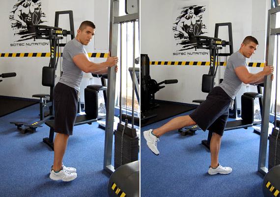 A negyedik gyakorlat az előbbi könnyített változata - mivel állva végezve kisebb az ellenállás. Helyezkedj el a bal oldali képen látható módon - kapszkodj meg egy stabil tárgyban. Sarokkal nyújtózkodj, majd emeld a kinyújtott lábad hátrafelé. Végezd el a gyakorlatot a másik oldalra is.