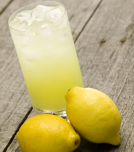 Citromos vízA citrom magas C-vitamin-tartalmának köszönheti fogyasztó hatását, mivel növeli a szervezet thyroxin-termelését, mely egy, az anyagcsere gyorsításában és a zsírégetésben is lényeges szerepet játszó hormon.Kapcsolódó cikk:Zsírgyilkos citrusdiéta »