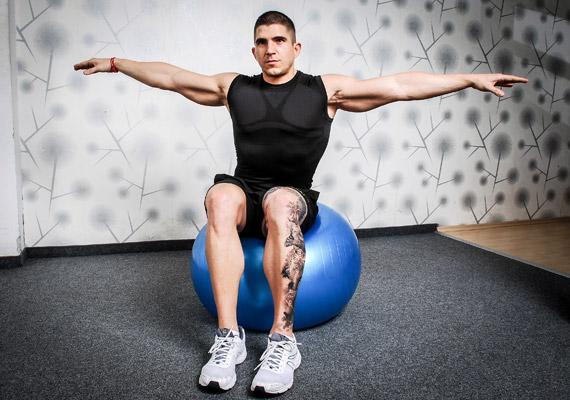 A következő gyakorlat elvégzéséhez ülj a labdára, talpak a talajon, húzd ki magad, a hát egyenes, karok oldaltartásban. Ha instabilnak érzed magad, tedd csípőre a kezed, és alkalmazz nagyobb lábterpeszt. Minél nagyobb a labda, annál stabilabb, vigyáz, le ne pottyanj!