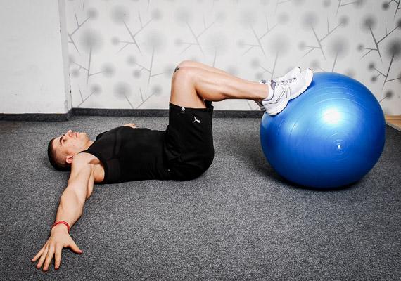 A negyedik egy komplex gyakorlat, mely a törzs mellett a láb- és farizmokat is megdolgoztatja. Feküdj hanyatt, talpak a labdán, térdek derékszögben behajlítva, karok oldaltartásban a nagyobb stabilitás miatt.
