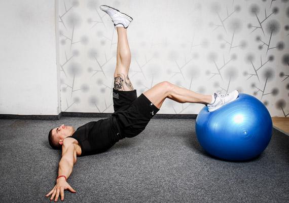 Feszítsd meg a hasad és a feneked, majd lassan emeld fel a csípődet, míg a tested válltól térdig egy vonalat nem képez. Nehezítheted a gyakorlatot azzal, ha lábaidat felváltva elemeled a labdáról. Tartsd ki a testhelyzetet minél tovább, majd lassan ereszkedj vissza. Ismételd meg kétszer oldalanként, esetleg két lábbal a labdán négyszer.
