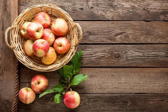 Az alma bővelkedik vitaminokban, sőt, a benne található pektin elnevezésű rostok jelentős béltisztító hatással is bírnak. Napi egy piros almával fedezheted a javasolt flavonoidmennyiségedet.