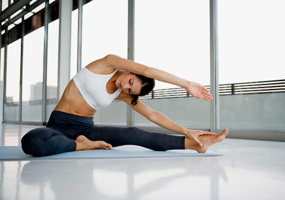 Természetesen a mozgás nélkülözhetetlen a fogyáshoz. Ebből a szempontból elsősorban a kardió edzések javasoltak, de a jóga is segíthet - hiszen oldja a stresszt és hozzájárul a testi-lelki harmónia megtalálásához. Próbáld ki a bikram-jógát!