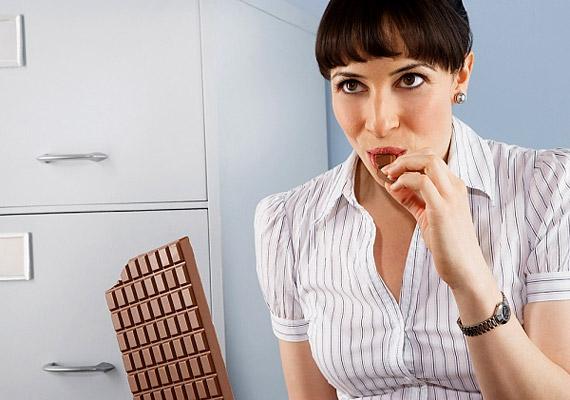 Munka közben sokan nassolnak csokoládét, hiszen cukortartalma miatt serkenti az agyműködést. Ha azonban fogyózol, inkább válassz valamilyen olajos magvat - esetleg csoki-bundában - így kevesebb kalóriát viszel be a szervezetedbe.