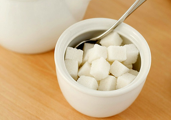 Ha két cukor helyett csak egyet teszel a teádba, netán kibírod édesítés nélkül, kockacukronként 25 kalóriát megspóroltál. Amennyiben ragaszkodsz az édes ízekhez, fogyassz mézet cukor helyett: egy kicsivel kevesebb kalóriát tartalmaz és könnyebben lebontható táplálék.