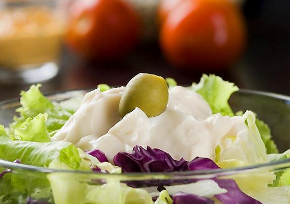 Ha számolod a kalóriákat, kedvenc salátádra ne majonézt tegyél, jobban jársz egy kis olívaolajjal vagy citromlével. Akár tejfölt is rakhatsz rá, nagyjából harmad annyi kalóriát tartalmaz, mint a majonéz: míg 100 g majonéz több mint 700 kalória, addig ugyenennyi tejföl 200 kcal sincs.