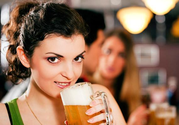 A hétvégi buliknak sokszor elengedhetetlen kelléke néhány pohár sör. Érdemesebb azonban átpártolnod a fehérborra, kalóriatartalma töredéke a folyékony kenyérének, míg egy üveg sör nagyjából 200 kcal, addig 1 dl fehérbor 70 kcal - melyből kevesebbet iszol, mint sörből.