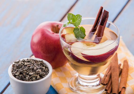 Méregtelenítő, salaktalanító vízAz almás-fahéjas fogyasztó víz méregtelenít, gyorsítja az anyagcserét, feltölt vitaminokkal, és nem mellékesen nagyon finom. Recept: egy-két almát szelj fel vékonyra, halmozd egy üres 1 literes kancsóba. Dobj rá ízlésed szerint két-három fahéjrudat, keverd át, majd tölts rá 1/2 liter langyos vizet. Fogyasztás előtt egy órára tedd hűtőbe.
