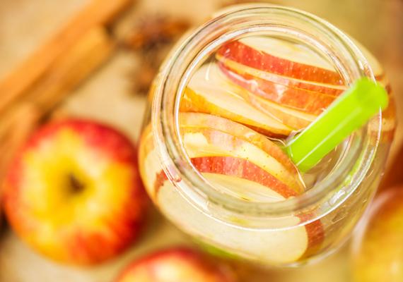 Extra hatásos zsírégető vízNemcsak salaktalanító, hanem extra hatékony zsírégető hatása is van ennek a víznek. Három-négy nap alatt akár 2 kilótól is segíthet megszabadulni kiegyensúlyozott reformétkezés mellett. Recept: 1 liter hideg vízbe keverj egy evőkanál almaecetet, egy vékonyra szelt, lédús almát, egy evőkanál citromlevet és ízlés szerint eritriolt. Alaposan keverd össze, majd ha az édesítő felolvadt, azonnal fogyasztható.