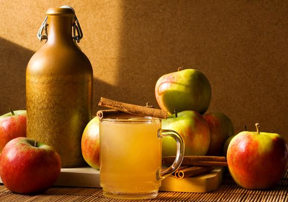 Almás-fahéjas víz                         Szeleteld fel a meghámozott almát, tedd bele a turmixgépedbe, szórj rá őrölt fahéjat, és öntsd fel egy liter hideg vízzel. Alaposan turmixold össze. Igyál meg belőle legalább három decivel, a többit pedig vidd magaddal, és fogyaszd el a délelőtt folyamán.
