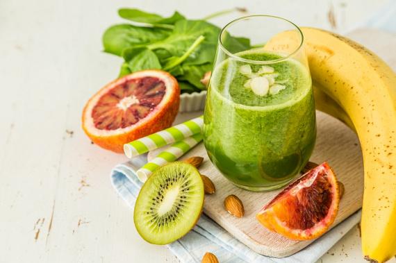 C-vitaminban hihetetlenül gazdag, bőrszépítő, magas rosttartalmú ital készülhet egy vérnarancs, két kivi, egy banán és egy csokor spenót kombinációjából. Ha szeretnéd, nyáron a narancsot barackra cserélheted. Az ital még így is csak 220 kalória körül lesz.