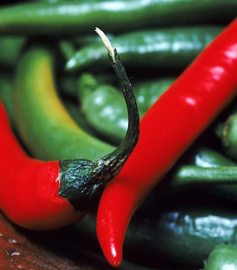 Chili  A tüzes fűszernövény a benne található kapszaicin nevű anyagnak köszönheti csípős ízét és zsírégető tulajdonságát is. A hagyományos felhasználási módok mellett érdemes étcsokoládéval is kipróbálnod - kifejezetten pikáns párost alkotnak.  Kapcsolódó cikk: 1 hét alatt 2 kilót fogyhatsz a chilidiétával »