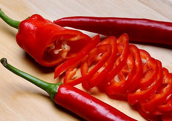 A chilipaprika legfontosabb hatóanyaga a kapszaicin, amely egyfelől serkenti az anyagcserét és a vérkeringést, másfelől fokozza az emésztőnedvek termelését - mindennek köszönhetően segíti a súlyvesztést. Hogy pontosan mennyit ehetsz belőle, arról korábbi cikkünkben olvashatsz.