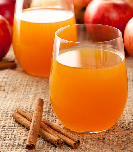 Almás-fahéjas víz   2 liter víz  1 közepes alma  2 rúd fahéj   Tölts meg egy kannát vízzel, és tégy bele egy nagyjából hat részre vágott almát - de le is turmixolhatod a gyümölcsöt. Helyezz mellé két rúd fahéjat is egészben, illetve kisebb darabokra törve. Tedd a hűtőbe egy fél órára, hogy az ízek összeérjenek.  Kapcsolódó cikk: Fogyókúrás víz almával és fahéjjal »