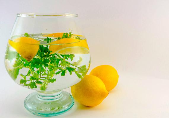 Talán nem jutna eszedbe a petrezselymet karcsúsító ital alapanyagaként fogyasztani. Ha így van, akkor bizonyára nem ismered erős vízhajtó hatását. A citrom kellemes, savanykás ízt kölcsönöz az italnak, ráadásul a benne lévő savaknak köszönhetően segíti az emésztési folyamatokat! Vágj apróra 60 gramm petrezselymet, add 3 dl vízhez, majd facsard bele egy citrom levét. Hagyd egy órán át összeérni a hozzávalókat, majd fogyaszd az italt főétkezések előtt.