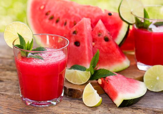 A dinnye ital formájában is segíti az anyagcsere-folyamatokat, energiatartalma pedig meglepően alacsony: 100 gramm mindössze 29 kalóriát tartalmaz. Készíts belőle, lime-ból és vízből frissítő zsírégető nyári italt: kattints, és elmondjuk, hogyan!