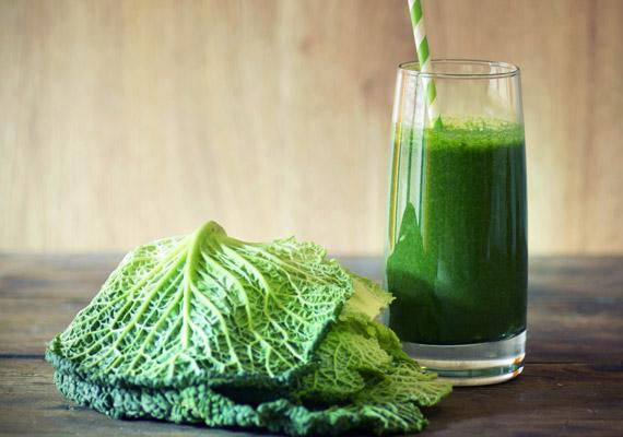 Ha nem idegenkedsz a zöld levektől, a keresztesvirágzatúak családjába tartozó káposzta jó barátod lesz. A benne lévő glutaminsavnak köszönhetően italként is erősíti a bélrendszert, támogatja az emésztési folyamatokat. Az ital elkészítéséhez szükséged lesz még brokkolira, sárgarépára, citromra és vízre. Kattints az anyagcsere-pörgető receptért!