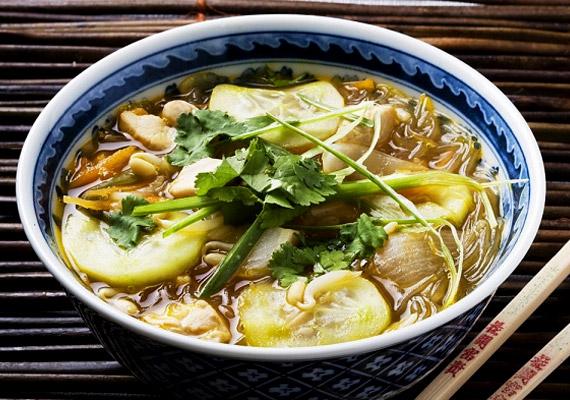 A gombamód szaporodó kínai éttermeknek köszönhetően egyre kevesebb fintor övezi az alacsony kalóriatartalmú, emésztést segítő csípős-savanyú levest. Szinte bármilyen zöldséget beletehetsz, mindössze két fix pont van: a keményítő és a csípős paprika. Készítsd el házilag!
