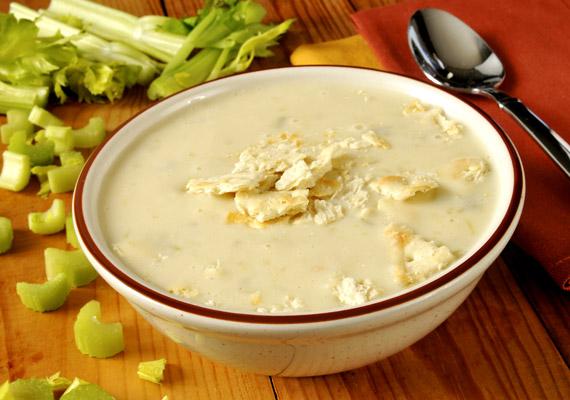 A krémleveseket nem csupán pofonegyszerű elkészíteni, de ízletesek és - ha nem használsz indokolatlanul sok tejszínt - kalóriaszegények is. A zellerkrémleves receptjéért kattints ide!