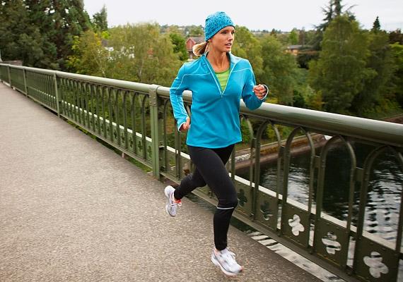Bár a futásra érdemes fél órát szánni - hogy a zsírégető folyamatok igazán beinduljanak -, ha éppen csak napi 15 perced van rá, akkor is érdemes hozzáfognod. Egy 60 kilogrammos nő ennyi idő alatt nagyjából 180 kalóriát éget el - közepes tempó esetén.