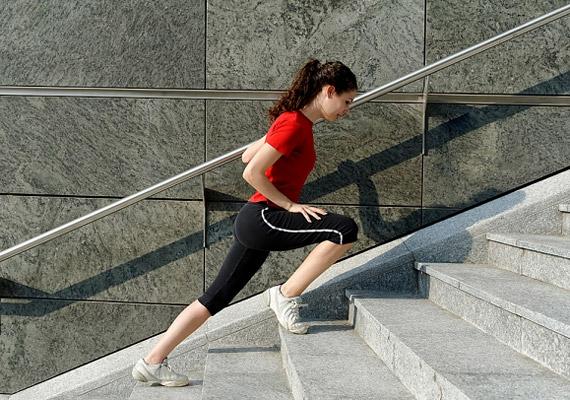 Lift helyett válaszd mindig a lépcsőt! Lépcsőzéssel remekül formálhatod lábakat és a feneket. Egy 60 kilogrammos nő 15 perc alatt körülbelül 130 kalóriát éget el ezzel a mozgással.