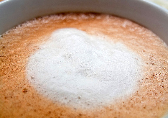 Ha épp most szoktatod magad a reggelizés gondolatához, kezdetnek megteszi egy csésze tejeskávé, pár szem korpás keksszel. 1 dl tejeskávé nagyjából 50 kcal, és 3 g fehérjét tartalmaz. Nem mellékesen pedig emésztésserkentő hatású.