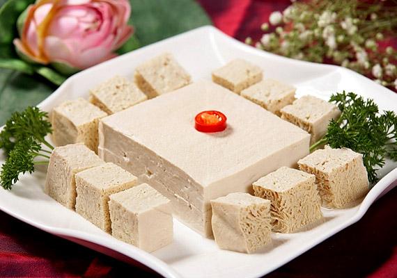 A szójából készült tofut a távol-keleti konyhaművészet ismertette meg a nyugati világgal. 100 g tofu 77 kcal, és 8 g fehérjét tartalmaz. Tudj meg többet róla korábbi cikkünkből!