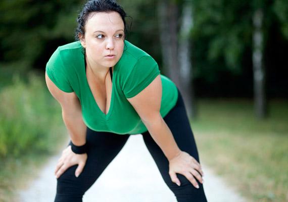 Ha nem vagy elég edzett, kezdetben csak sétálj, majd kocogással folytasd. Félórányi kocogással 270 kalóriát éget el a szervezeted, ami körülbelül 100 gramm fehér kenyérnek felel meg. Olvasd el, a személyi edző szerint hányas BMI felett nem javasolt a futás!