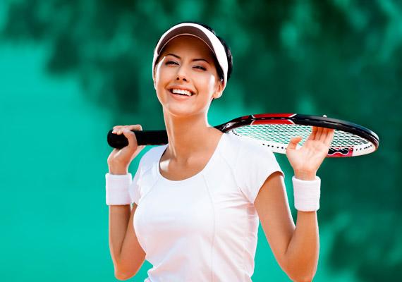 Teniszezni fedett pályán is lehet, de mégiscsak az az igazi, ha sport közben fújja a hajad a szél, és nap is éri a bőrödet. Egy félórás teniszezéssel 260 kalóriát égethetsz el. Ez nagyjából 100 gramm rozskenyérnek felel meg.