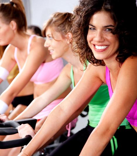 Csoportos személyi edzésA csoportos szeméyi edzés előnye, hogy olcsóbb, mint az egyéni foglalkozások, ám hasonlóképpen hatékony. A személyi edző ilyenkor általában egy kisebb csoporttal foglalkozik. Az óra típusa lehet spinning vagy aerobik, a társak jelenléte pedig erősítheti a versenyszellemet.