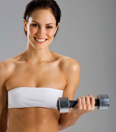 Erősítő gyakolatokA súlyzós edzés ma már nem egyenlő az ész nélküli izomtömeg-növeléssel. A kisebb súlyokkal végzett edzések segítenek szálkásítani az izmokat, zsírt égetnek. Összességében formálják a testet és a fogyásban is segíthetnek - nem véletlen, hogy bekerült az első tíz közé a Fitnesz Trendek Globális Felmérésében.