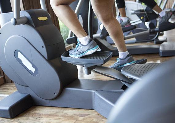 Az ellipszis tréner kiváló választás, ha nem különösebben kedveled a futást. Már fél óra edzéssel 300 kalóriát égethetsz el!