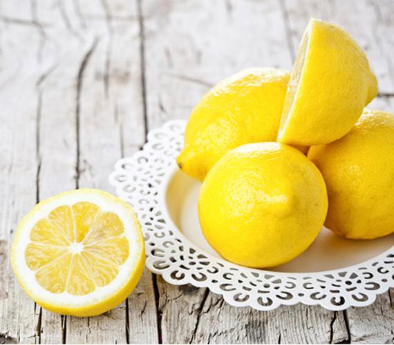 Természetesen a citrom sem maradhat ki ebből az összeállításból. Az igen magas C-vitamin-tartalommal rendelkező gyümölcs zsírégető hatású, ugyanis elősegíti az ehhez szükséges thyroxin termelődését. Emellett salaktalanító és emésztésjavító hatása is ismert. Korábbi cikkünkből megtudhatod, hogyan készíts citrom felhasználásával fogyókúrás vizet!