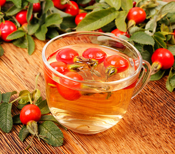 A csipkebogyó is többek közt magas C-vitamin-tartalmának köszönheti zsírégető képességét. Emellett a benne található anyagok gyulladáscsökkentő tulajdonsággal rendelkeznek, így fogyasztása megnyugtatja a bélrendszert, illetve hatására megszűnik a puffadás és felgyorsul az anyagcsere. Így készíts csipkebogyóból fogyókúrás italt!