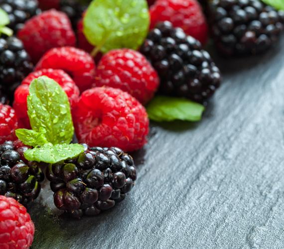A bogyós gyümölcsök hatással vannak az alakra, közülük is kiemelkedik a fekete szeder. Magas rost- és gyümölcssavtartalommal rendelkezik, ezzel felgyorsítva a szervezet anyagcsere folyamatait. C-vitamin-tartalma magas, illetve találhatóak benne B-vitamin-vegyületek is, ezek mind hatékonyan járulnak a hozzá a szénhidrát-anyagcseréhez és a test zsírbontó folyamataihoz. Bár télen nincs szezonja, válaszd nyugodtan fagyasztott formában, tápanyagaiból így sem veszít. Korábbi cikkünkben részletesen olvashatsz róla.
