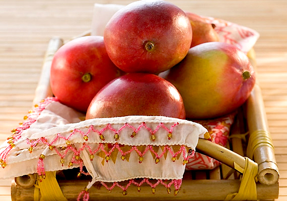 A mangó sok B- és C-vitamint tartalmaz, emellett gazdag béta-karotinban, kalciumban, foszforban, vasban is. Rosttartalma pedig segíti az emésztést és felgyorsítja az anyagcserét.