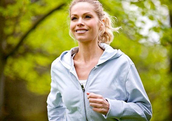 A futás a valaha volt legegyszerűbb és legjobb kardió edzés, amely nemcsak a lábadat és a fenekedet formálja, de segítségével az egész testet - így a hasadat is - szálkásíthatod. Kattints videónkra, és tudd meg, mennyi legyen a heti minimális edzésre szánt idő.