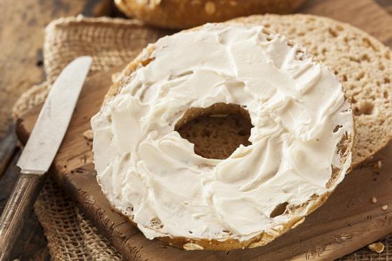 Az ömlesztett sajtok egyszerű tejtermékeknek tűnnek, holott komoly ártalmakat rejtenek. A készítésük során felhasznált ömlesztő sók ugyanis olyan szervetlen vegyületek, melyekkel az emésztőrendszered nem tud mit kezdeni, így fennakadásokat, ezáltal pedig az anyagcsere lassulását okozzák.